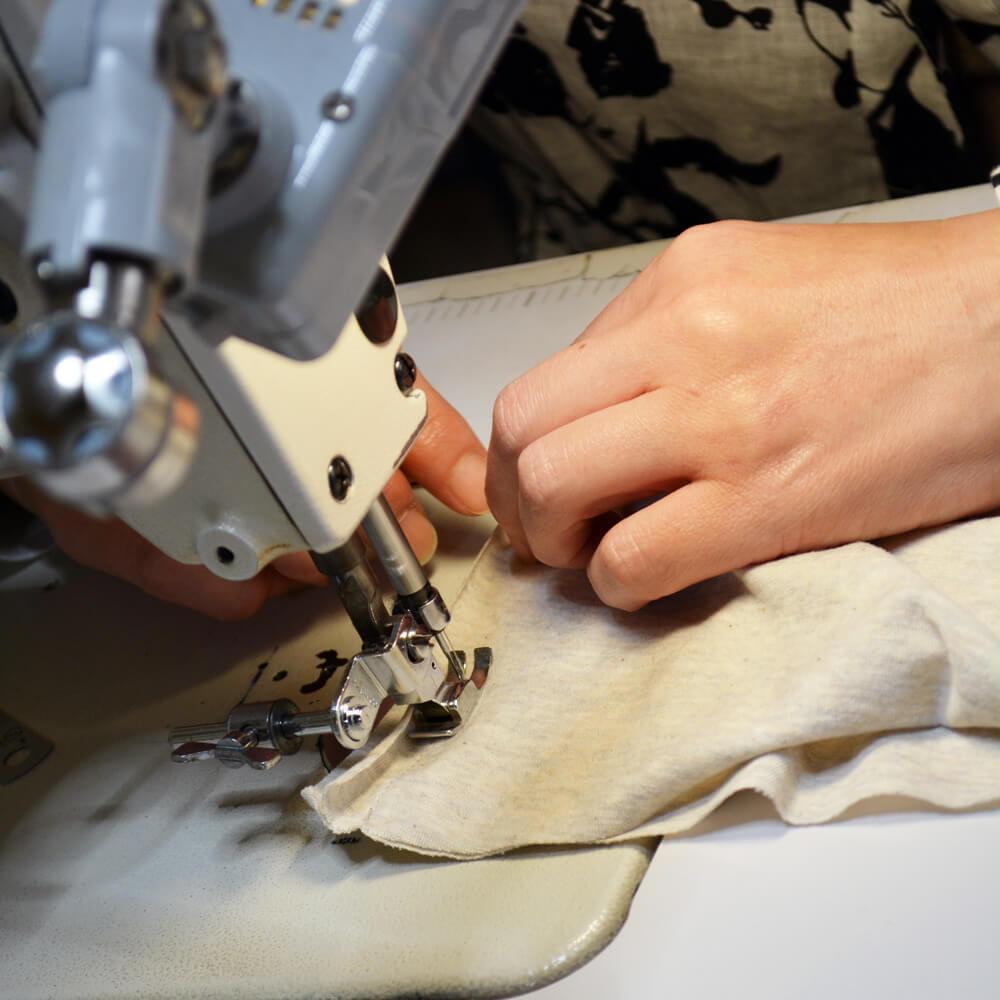 縫製中の職人さん