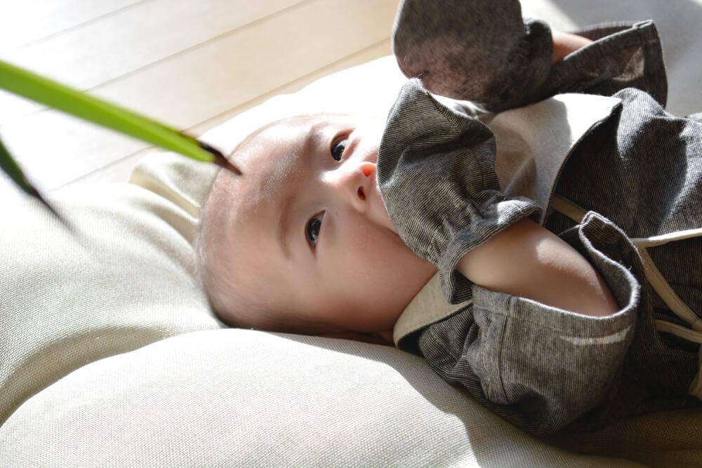 ミトンを口に入れる赤ちゃん