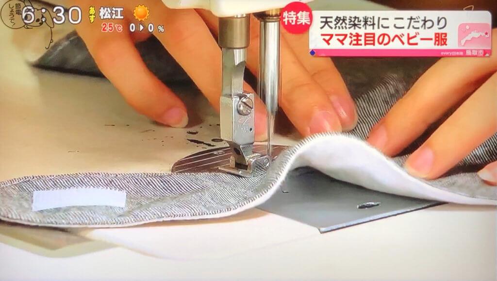 ベビー服を縫っているところ
